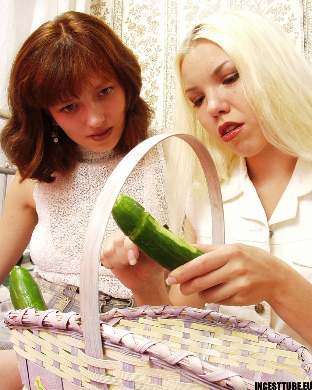 Onschuldige zusjes op ontdekkingsreis – incest foto's